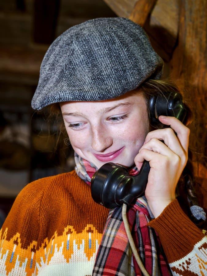 Adolescente que habla por el teléfono viejo del vintage fotos de archivo libres de regalías
