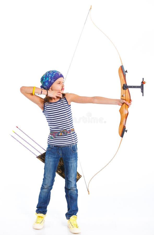 Adolescente que hace tiro al arco imagen de archivo libre de regalías