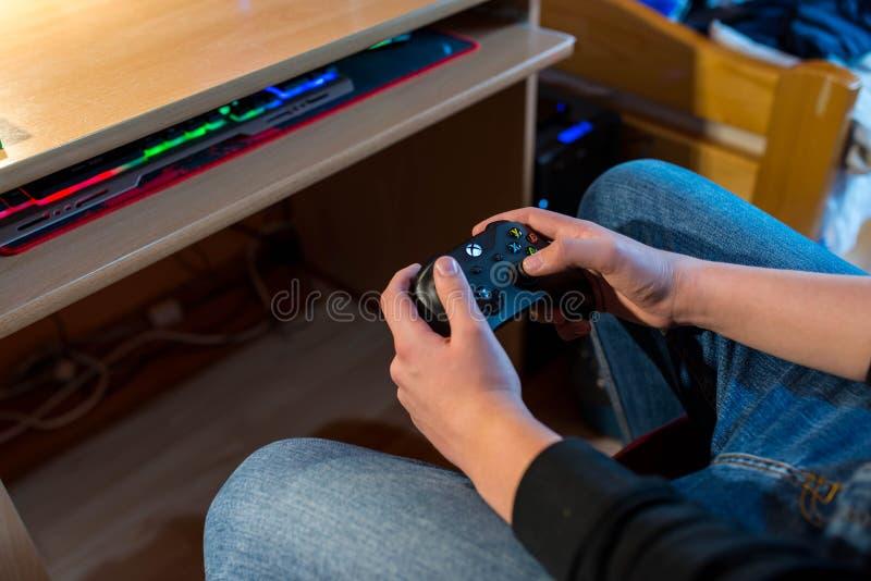 Adolescente que joga no Xbox One imagens de stock