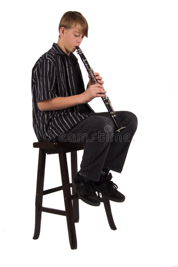 Adolescente que joga o clarinet foto de stock royalty free