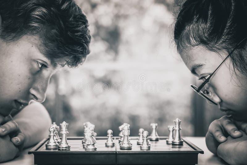 Adolescente que joga a placa de xadrez junto imagens de stock royalty free