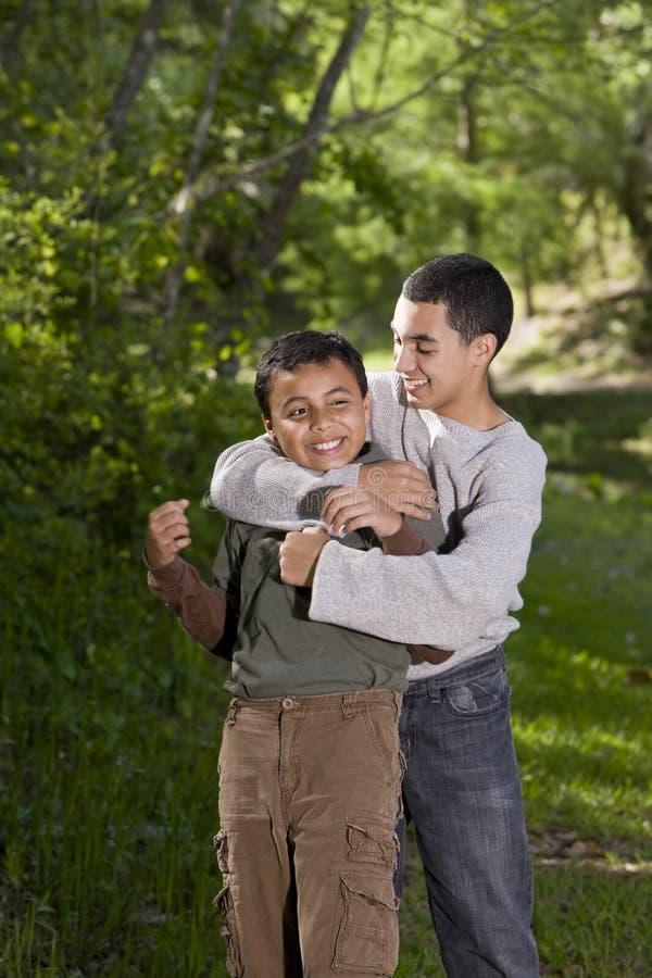 Adolescente que jogam com e irmão de arrelia fotografia de stock royalty free