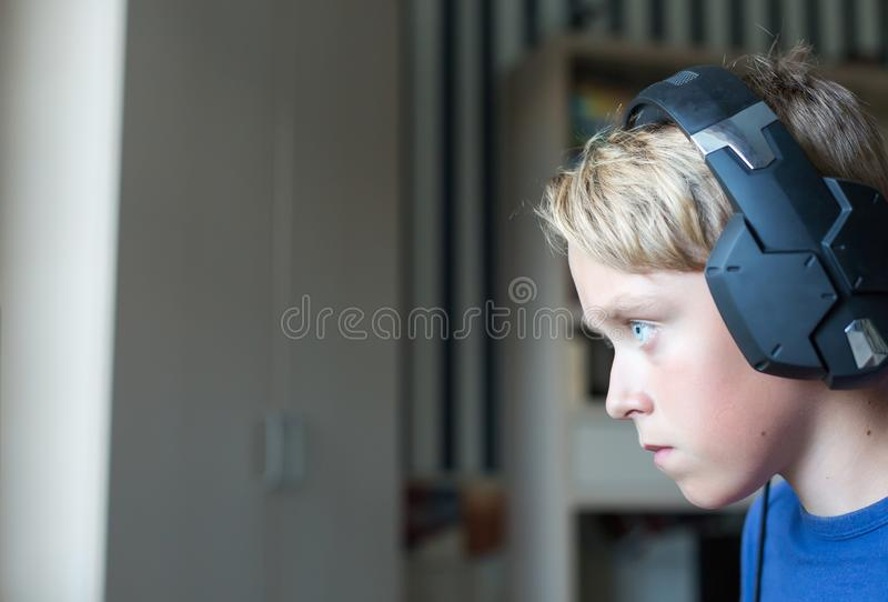Adolescente que juega a los juegos de ordenador en la PC fotografía de archivo libre de regalías