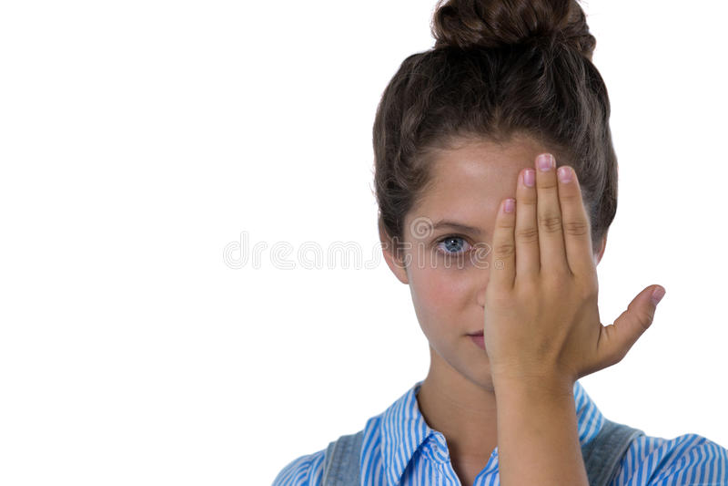 Adolescente que la cubre ojos imagen de archivo