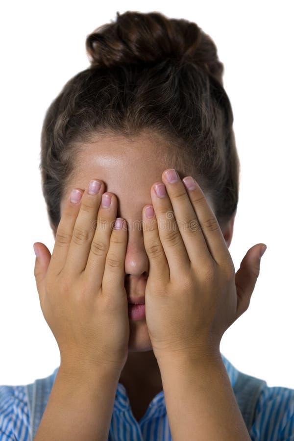 Adolescente que la cubre ojos fotografía de archivo libre de regalías