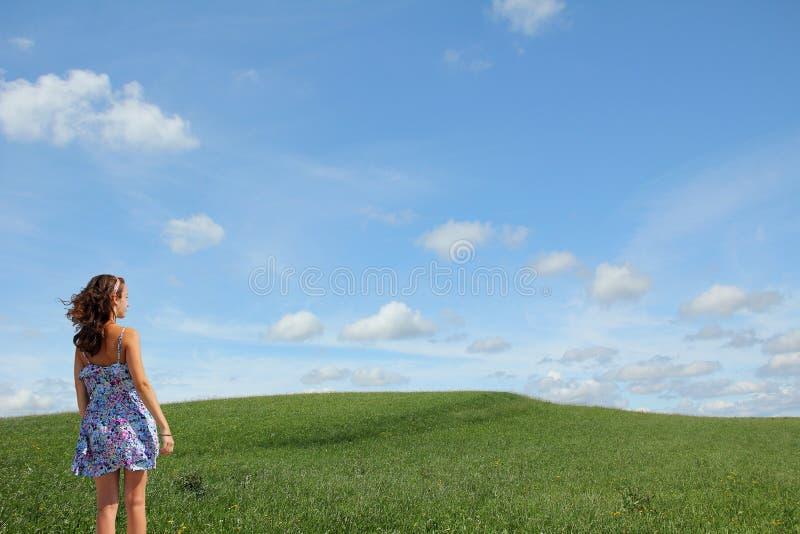 Adolescente que olha na paisagem natural imagem de stock