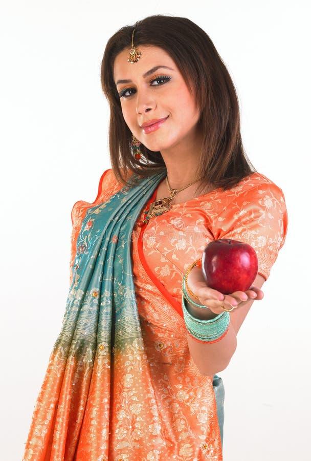 Adolescente que prende a maçã vermelha fotos de stock