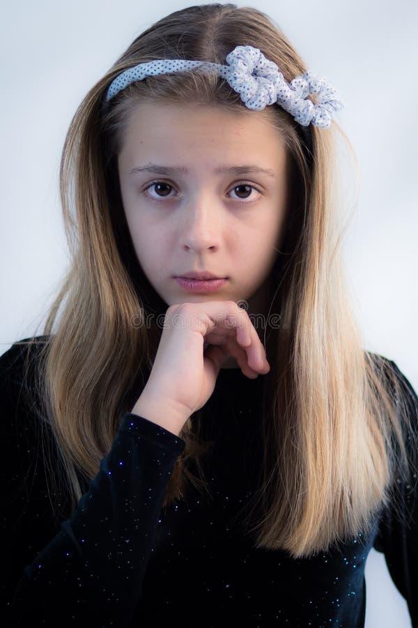 Adolescente que presenta en un vestido negro fotografía de archivo libre de regalías