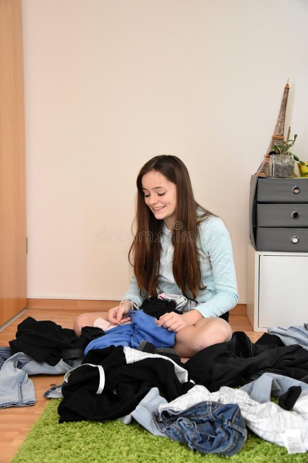 Adolescente que procura algo vestir imagem de stock royalty free