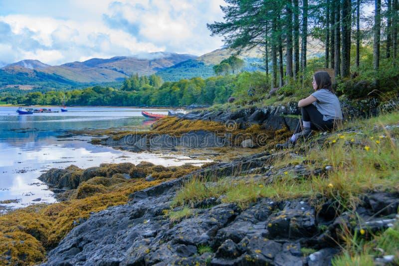 Adolescente que relaxa após a no Loch Creran, Escócia imagem de stock royalty free