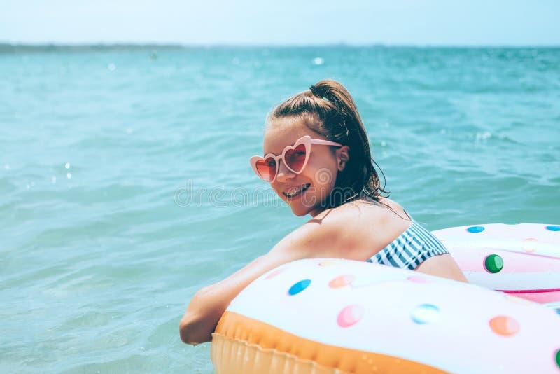Adolescente que se relaja en el anillo inflantable fotografía de archivo