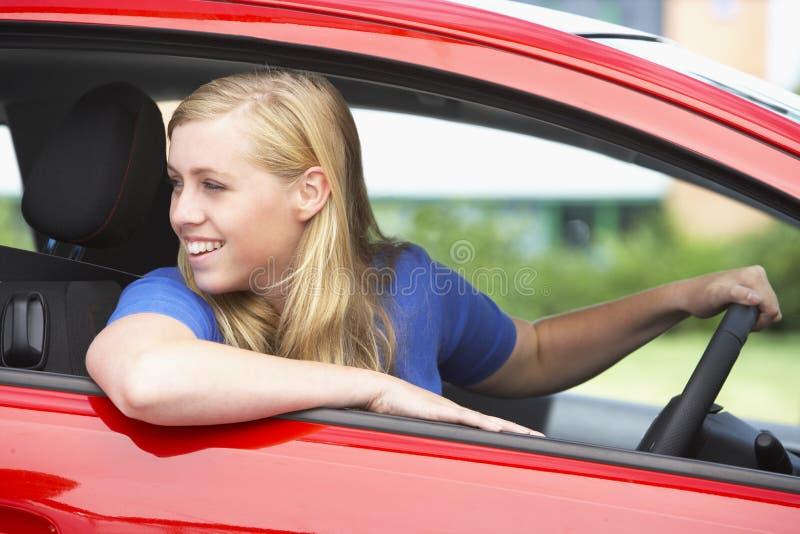 Adolescente que senta-se no carro imagens de stock royalty free