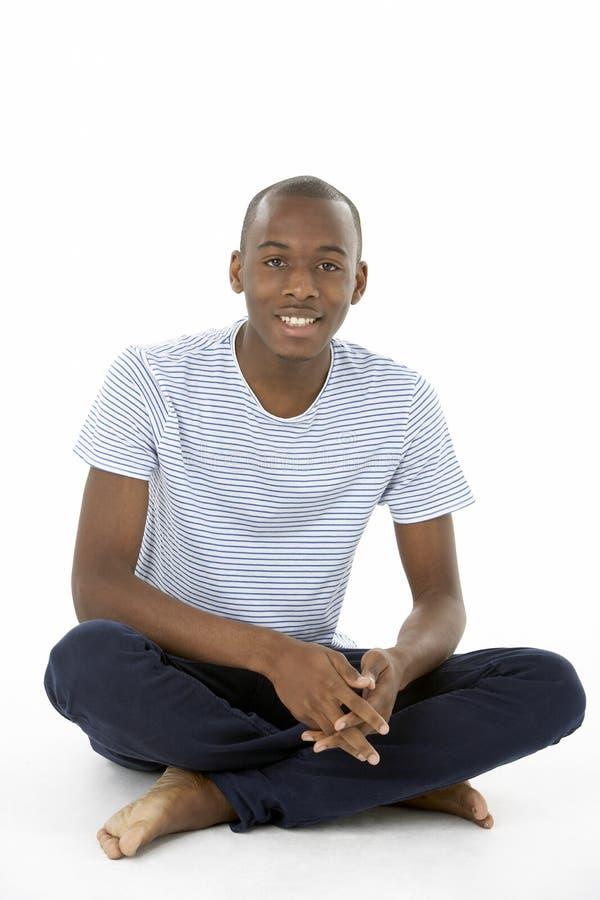 Adolescente que senta-se no estúdio fotos de stock royalty free