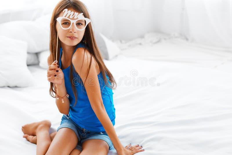 Adolescente que sorri e que tem o divertimento foto de stock royalty free