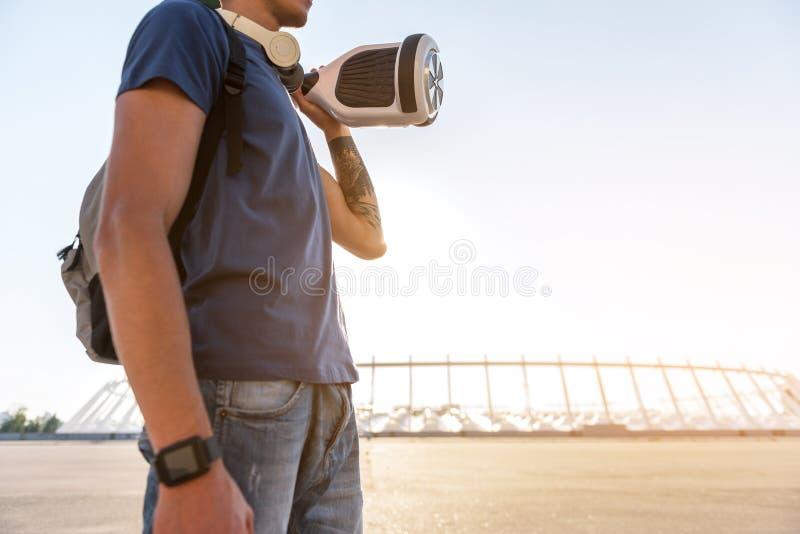 Download Adolescente Que Sostiene Hoverboard En La Calle Imagen de archivo - Imagen de brazo, eléctrico: 100533495