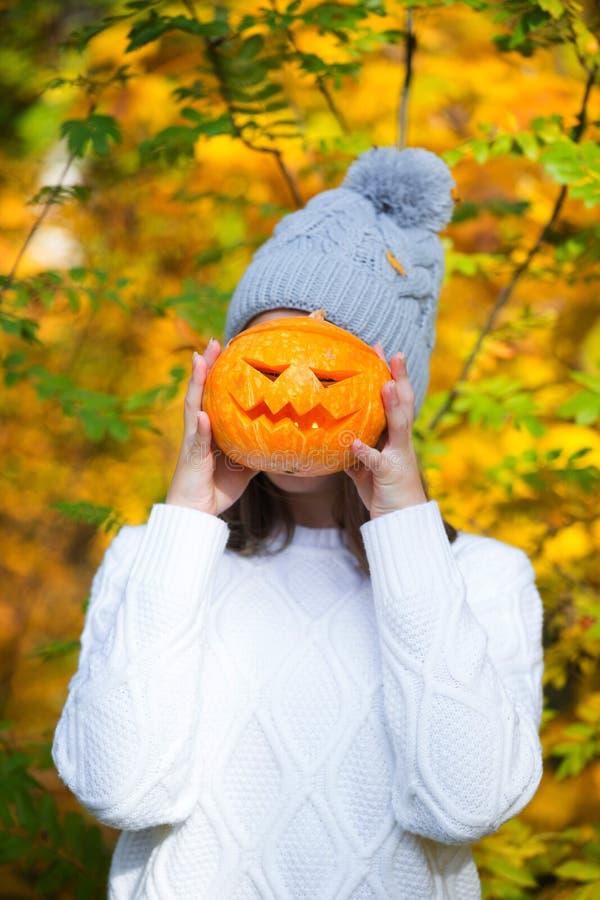 Adolescente que sostiene la calabaza de Halloween imagenes de archivo