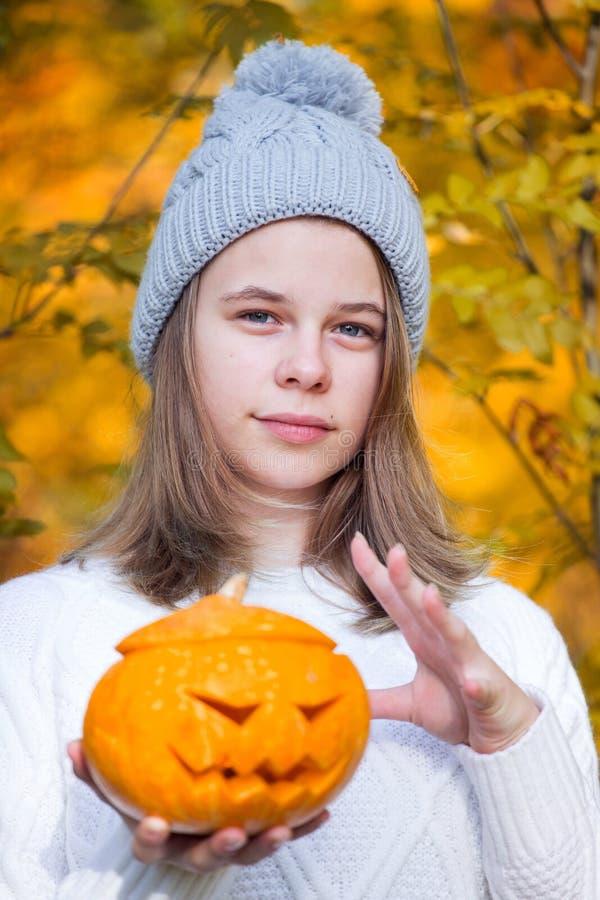 Adolescente que sostiene la calabaza de Halloween fotografía de archivo