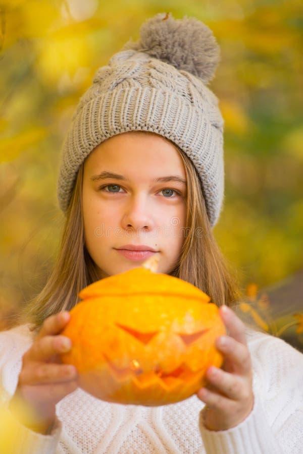 Adolescente que sostiene la calabaza de Halloween fotos de archivo libres de regalías