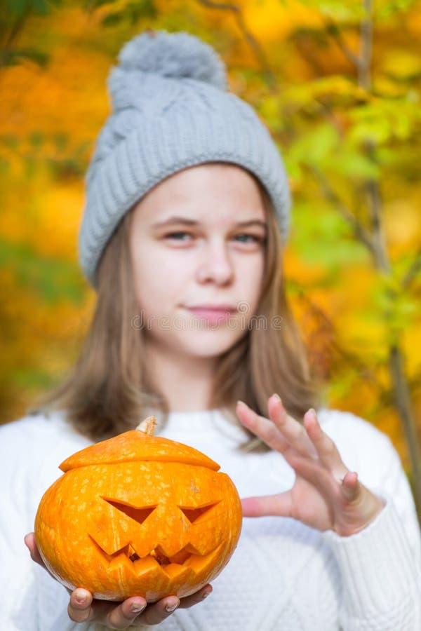 Adolescente que sostiene la calabaza de Halloween imágenes de archivo libres de regalías