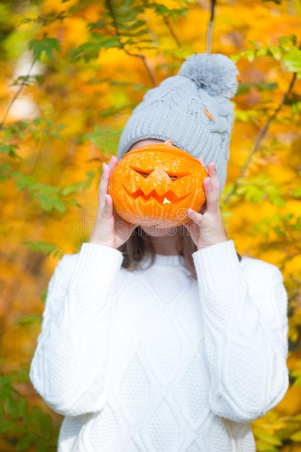 Adolescente que sostiene la calabaza de Halloween foto de archivo libre de regalías
