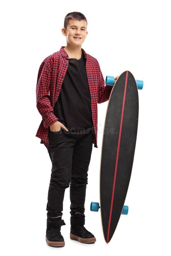 Adolescente que sostiene un longboard foto de archivo