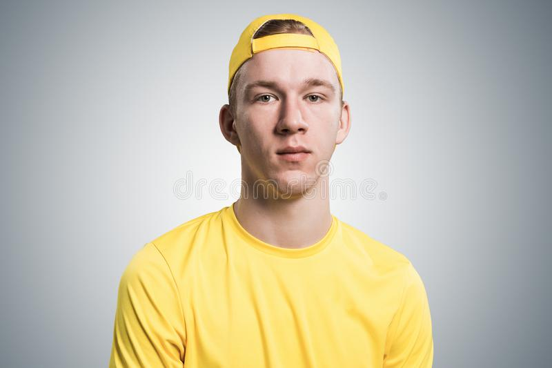 Adolescente que tem a cara s?ria e calma fotos de stock