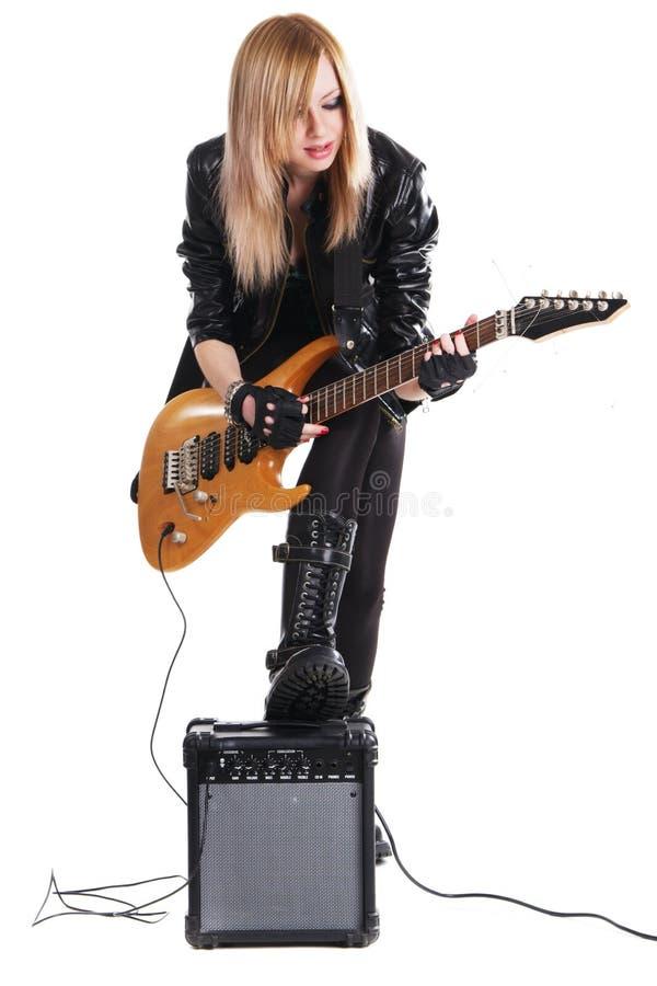 Adolescente que toca la guitarra eléctrica imagen de archivo
