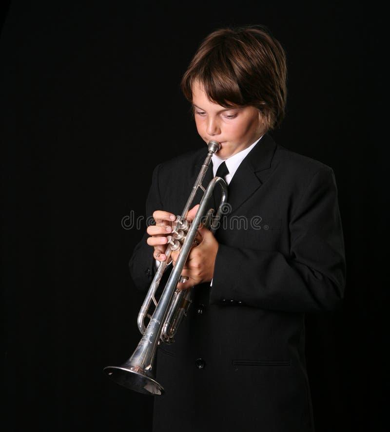 Adolescente que toca la trompeta fotografía de archivo libre de regalías