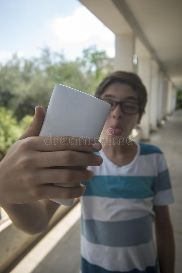 Adolescente que toma um selfie fotos de stock royalty free