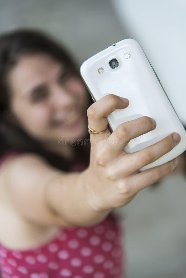 Adolescente que toma um selfie com seu telefone fotos de stock