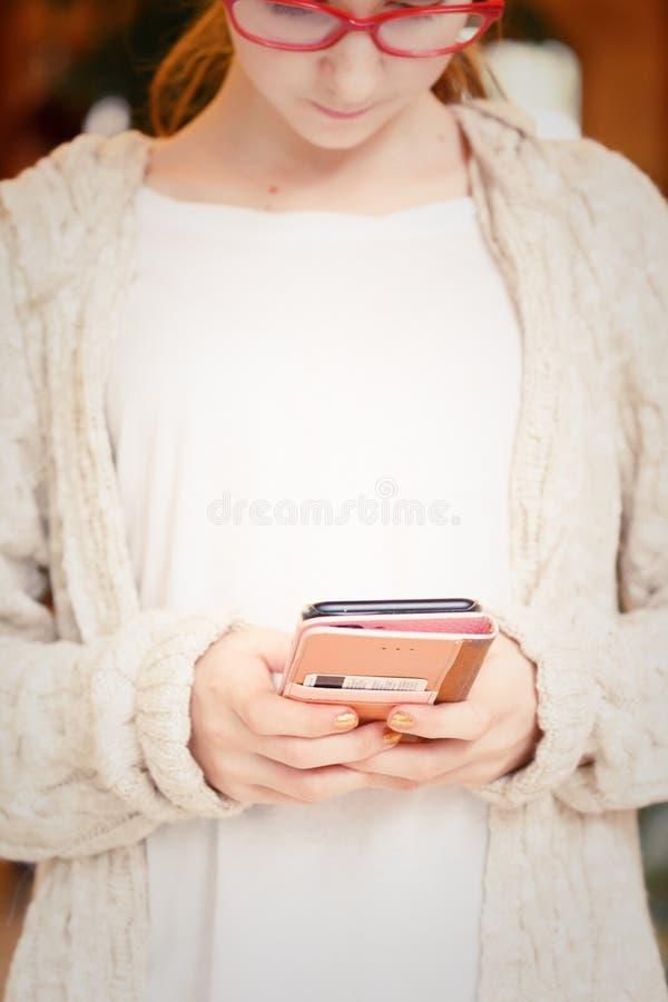 Adolescente que trabalha em um smartphone Tecnologias modernas e re imagens de stock