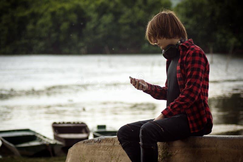 Adolescente que usa el teléfono fotografía de archivo libre de regalías