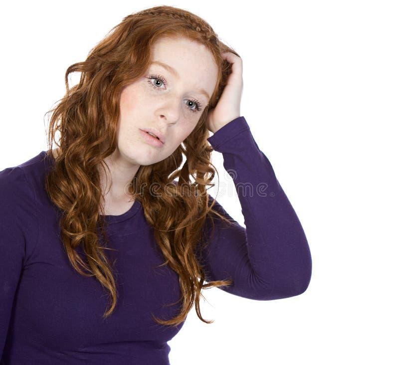 Adolescente Red-Headed que risca sua cabeça imagens de stock