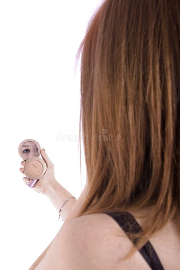 Adolescente regardant dans le miroir image stock