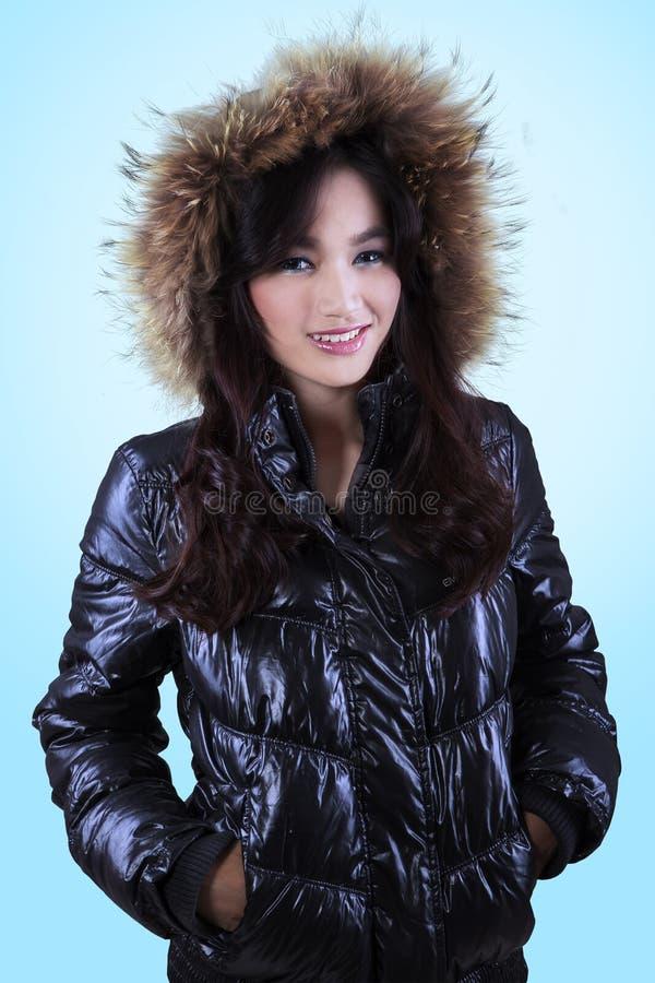 Adolescente in rivestimento di inverno con il cappuccio della pelliccia immagine stock