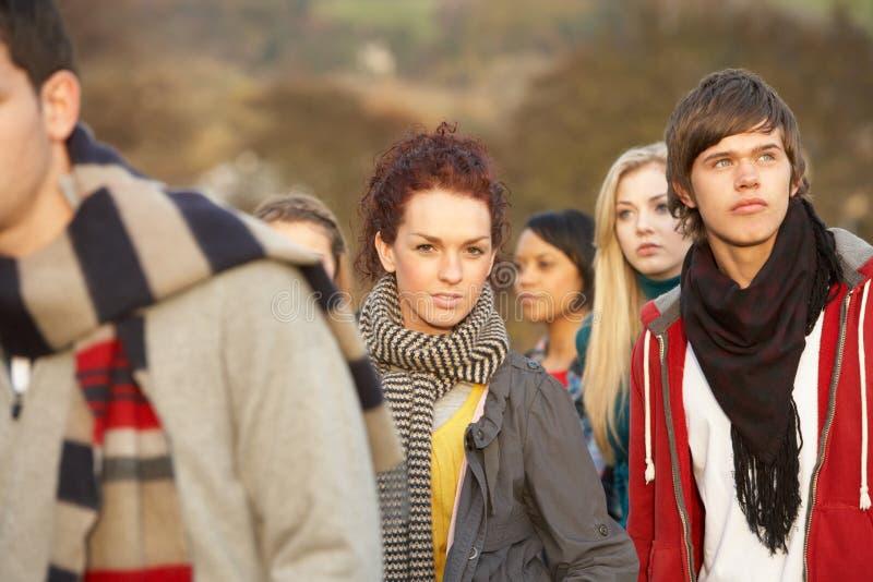 Adolescente rodeado por Friends foto de archivo libre de regalías