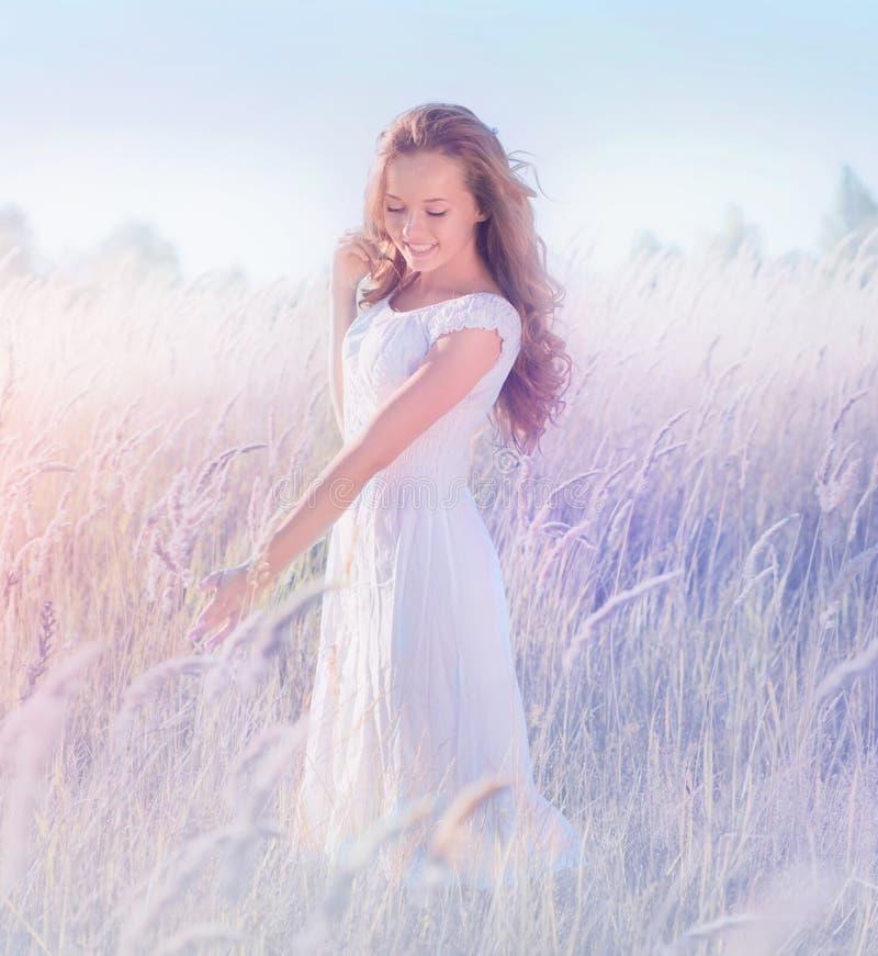 Adolescente romântico que aprecia a natureza imagens de stock