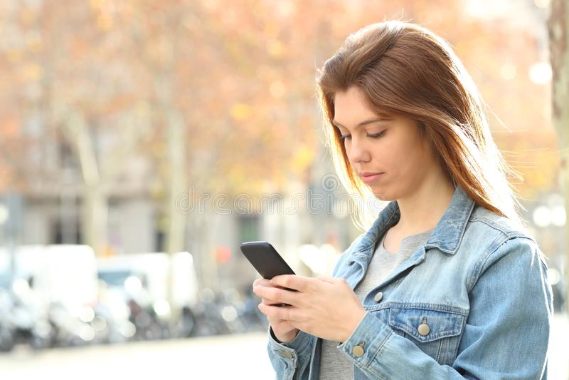 Adolescente sério que conversa no telefone na rua imagens de stock royalty free