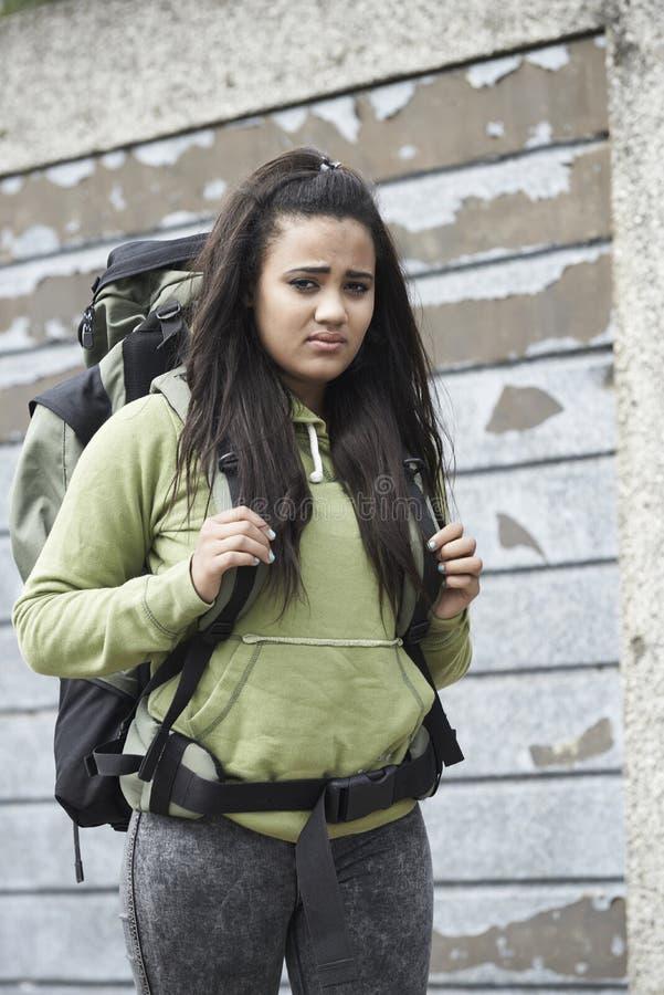 Adolescente sans abri sur la rue avec le sac à dos photos stock