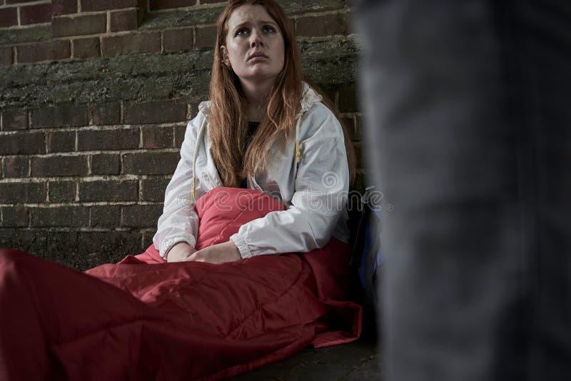 Adolescente sans abri vulnérable dormant sur la rue photos stock