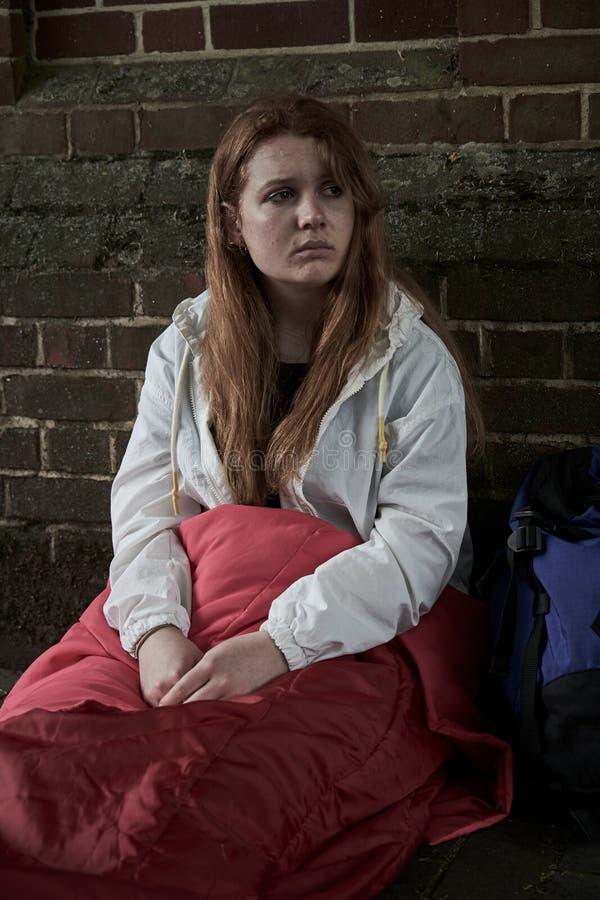 Adolescente sans abri vulnérable dormant sur la rue photographie stock libre de droits