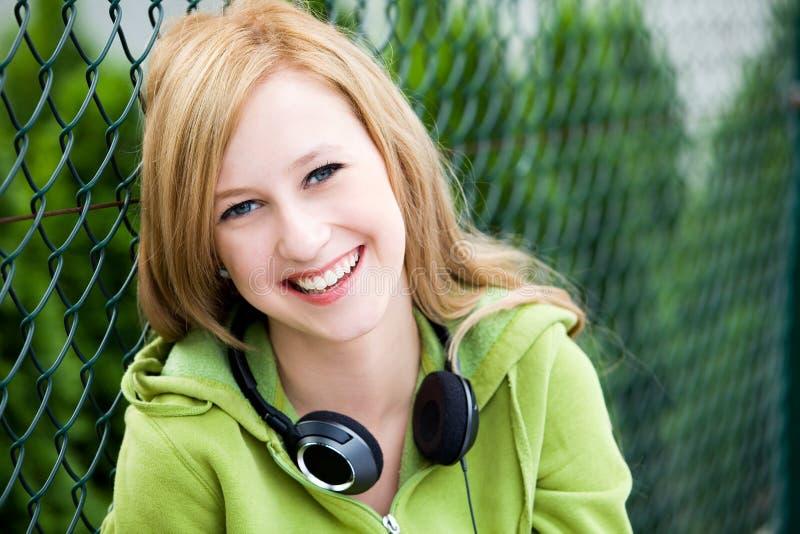Adolescente se penchant sur la frontière de sécurité images stock