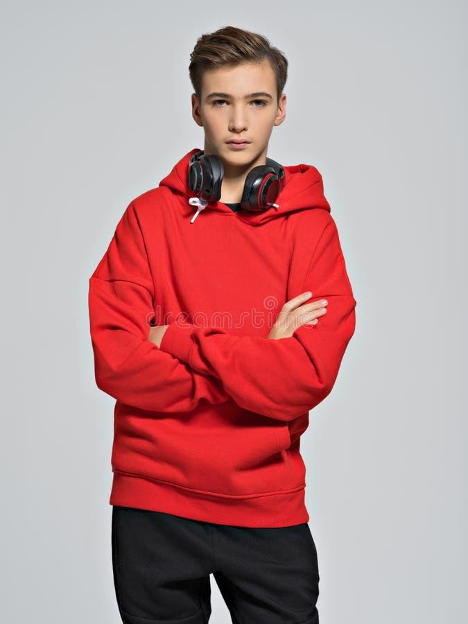 Adolescente seguro com os braços cruzados na caixa fotografia de stock