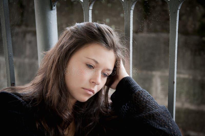 Adolescente semblant pensive au sujet des ennuis images libres de droits