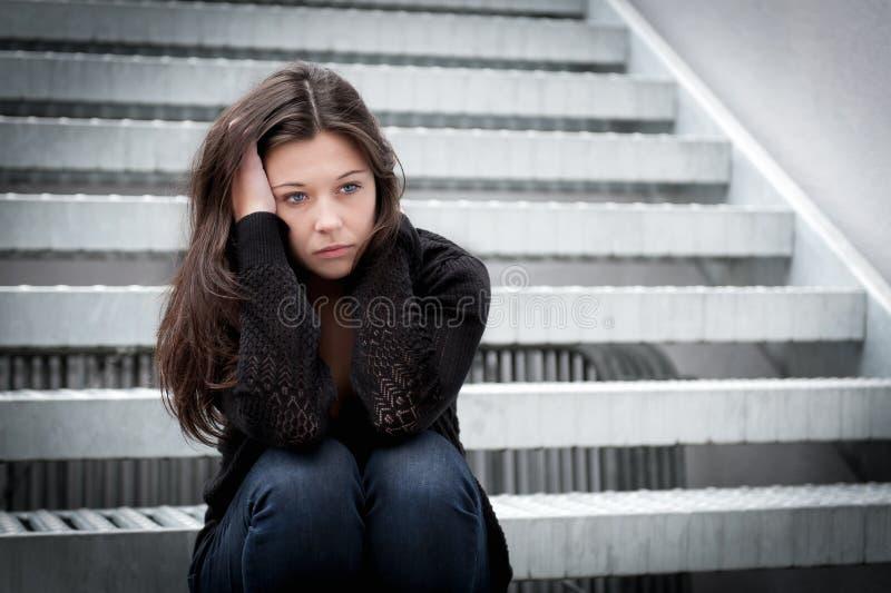 Adolescente semblant pensive au sujet des ennuis image stock