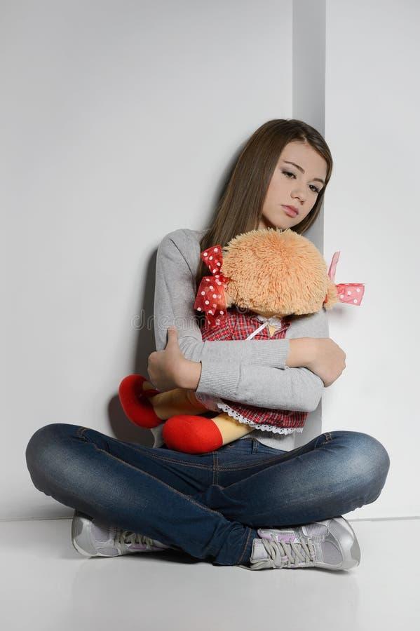 Adolescente seule. Adolescente triste s'asseyant sur le plancher et le h photos libres de droits