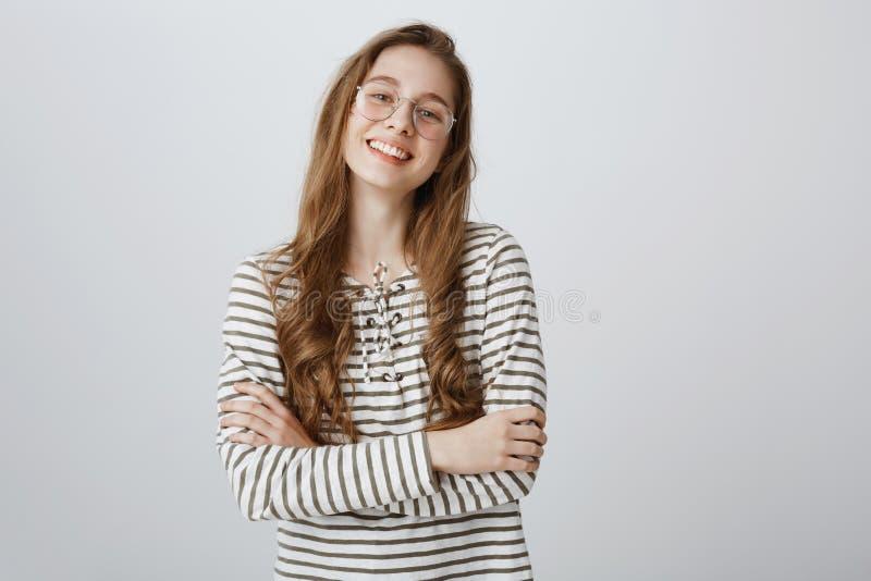 Adolescente sicuro in se stessa Ritratto di bella giovane donna creativa nella condizione d'avanguardia trasparente di occhiali fotografia stock libera da diritti