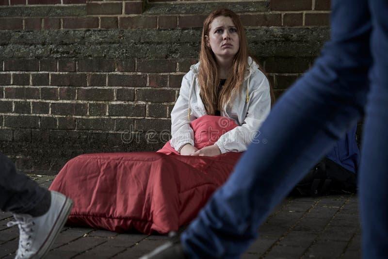 Adolescente sin hogar vulnerable que duerme en la calle imágenes de archivo libres de regalías