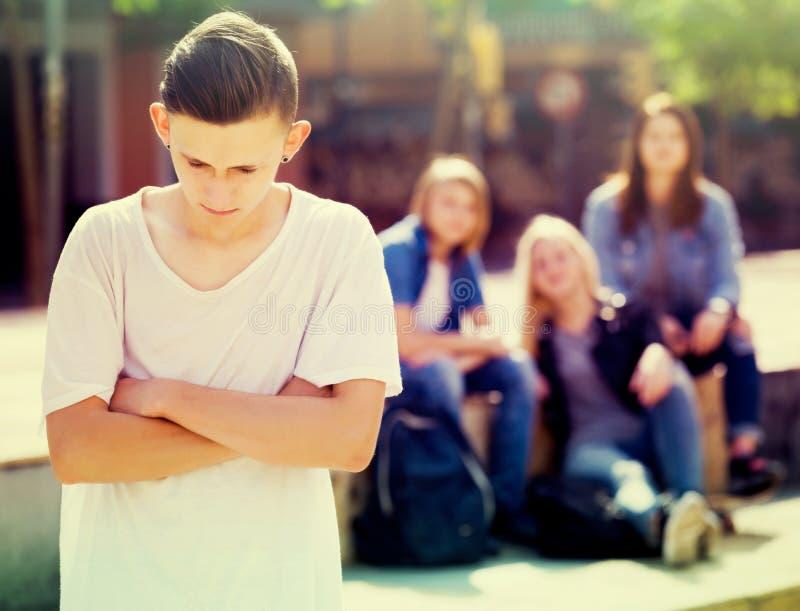 Adolescente solo que se coloca lejos imagen de archivo