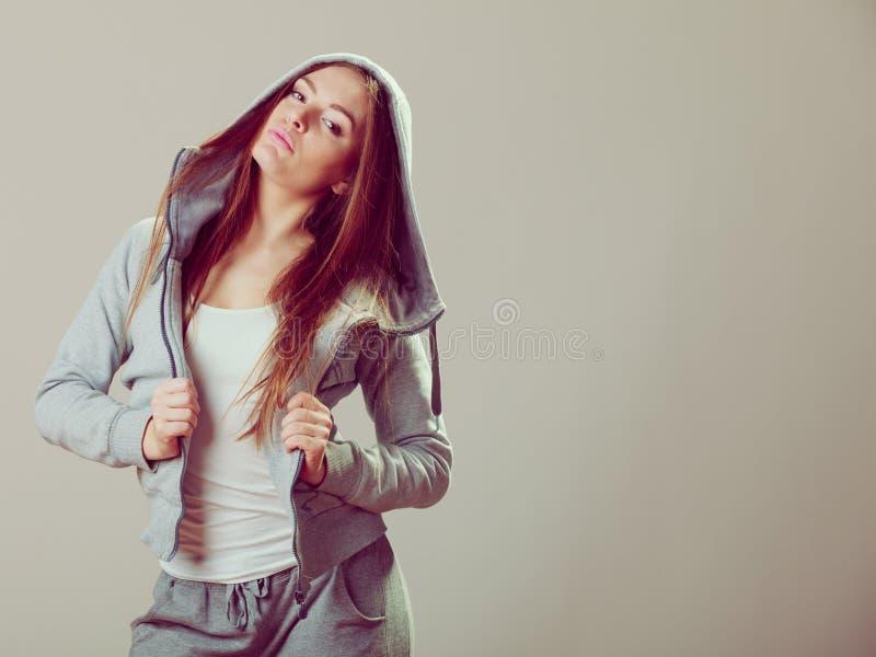Adolescente songeuse dans le pull molletonné à capuchon Mode photos libres de droits